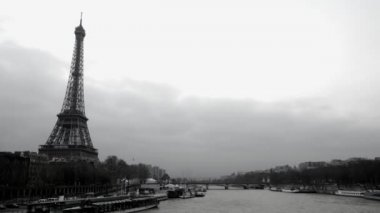 Timelapse view of eifel tower and the river seine, paris, france — Stock Video