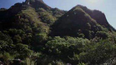 Een schot van de chepe el trainen die passeert de ongelooflijke koperen canyon — Stockvideo