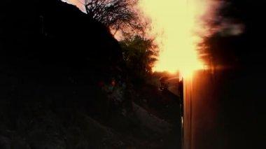Un colpo dal el chepe treno che passa attraverso il canyon incredibile di rame — Video Stock