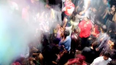 Large crowd on the dancefloor and dancing at a club in delhi, india — Stock Video