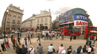 Fisheye timelapse shot infront of eros statue, picadilly circus, london — Stock Video