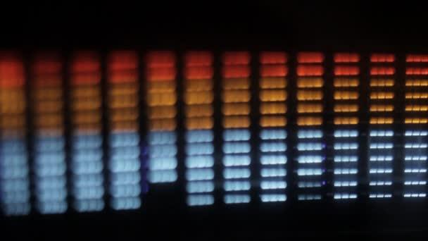 Primer plano de un ecualizador gráfico de alta fidelidad con una lente tilt y cambio para dar un ligero desenfoque — Vídeo de stock