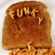 """funky food makes me phat"" written with alphabetti spaghetti on toast - Foto Stock"