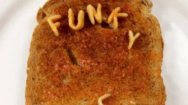 """""""funky comida me faz phat"""" escrito com letras espaguete na torrada — Vídeo stock"""