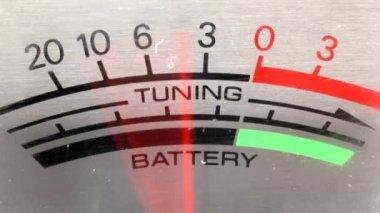移動古いラジカセに電源とバッテリーのレベル — ストックビデオ