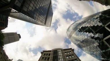 Fisheye shot looking up to the sky capturing the swiss RE (gherkin) building in london — Stock Video