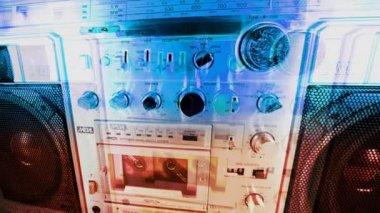 Ilustração de um equipamento de som retrô com as peças, crescendo e formando para fazer todo o objeto — Vídeo Stock