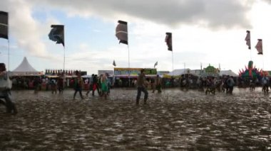 Timelapse толпе на фестивале гластонбери музыки выстрелил из выше — Стоковое видео