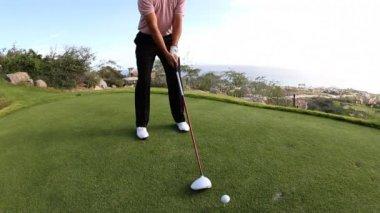 Pro golfer on a world class golf course — Stock Video