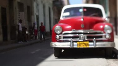 Street scene and a classic car in havana, cuba — Stock Video