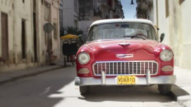 Time-lapse of a street scene with a classic car in havana, cuba — Stock Video