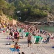 Crowds gather on the famous benirras beach in ibiza — Vídeo Stock