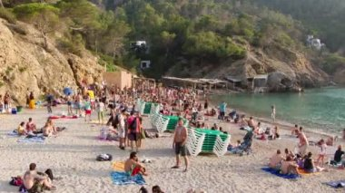 Crowds gather on the famous benirras beach in ibiza — Stok video