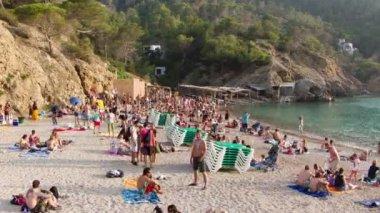 La folla si raduna sulla spiaggia benirras famose a ibiza — Video Stock