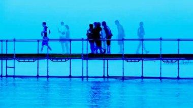 Abstrakte komposition entlang einer kleinen pier über dem wasser entnommen — Stockvideo