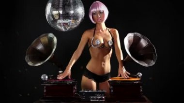 Gogo lily malibu shot dancing and posing behind gramophone dj turntables — Stock Video