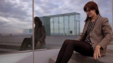 Jolie femme en milieu urbain — Vidéo