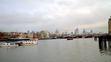 Turning panormaic view of london skyline, including the swiss re building — Stock Video