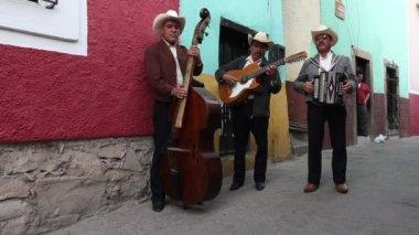 A mariachi group filmed in guanajuato — Stock Video