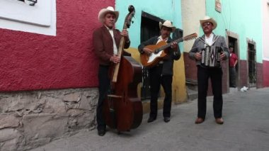 A mariachi group filmed in guanajuato — Stock Video