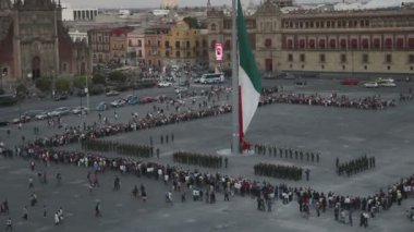 Crowds gather in the zocalo square to watch mexican soldiers take down the flag — Stok video