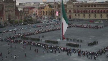 Multidões se reúnem na praça zócalo para assistir soldados mexicanos retirar a bandeira — Vídeo Stock