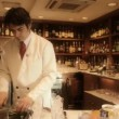 A male cocktail waiter in a classic looking cocktail bar - Stock fotografie