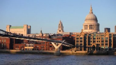 View of st paul's cathedral and millennium bridge, london — Stock Video