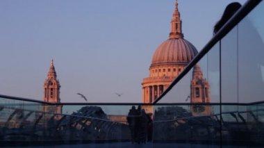 вид на собор святого павла, от мост миллениум, лондон — Стоковое видео