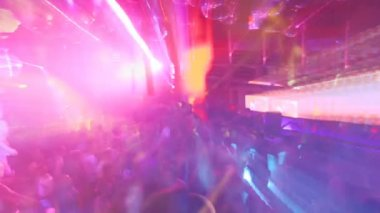 Large crowd filling up the dancefloor and dancing at london nightclub — Stock Video