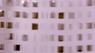 Cool formes métalliques suspendus sur le mur et le déplacement — Vidéo