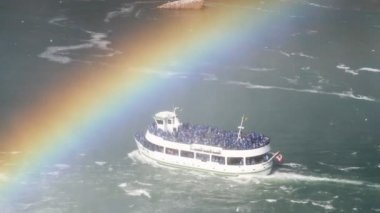 Tourist boat passes under a rainbow, niagara falls — Stock Video