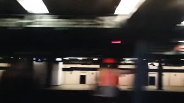 New york subway train coming into the station — Vídeo Stock