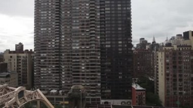 View from the cable car that links roosevelt island with manhattan — Stock Video