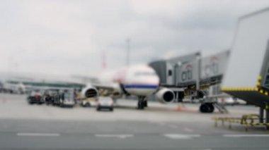 Avion à l'aéroport de prague terminal, station d'accueil — Vidéo