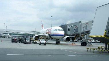 Pędzi wokół terminalu lotniska w barcelonie — Wideo stockowe