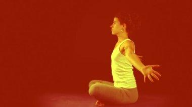 Ung kvinna praxis yoga rörelser och positioner — Stockvideo