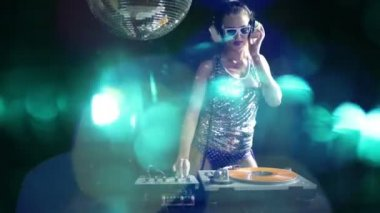 A sexy female dj dancing and playing records with disco style background — Stock Video