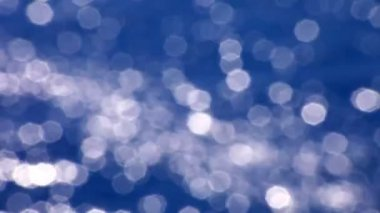 Soft focused sparkles of light reflecting on water — Stock Video