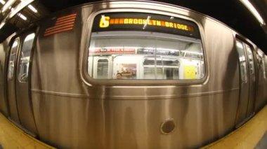 Fisheye d'une rame de métro de new york à venir dans la station — Vidéo
