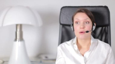 A pretty customer service operator or secretary — Stock Video