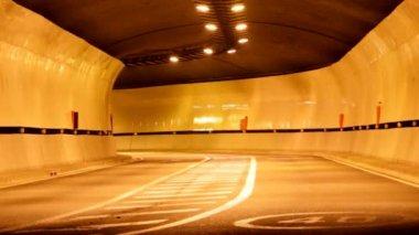 Rush du trafic d'heure de nuit passant sous tunnel — Vidéo