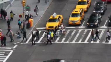 Manhattan street scene with traffic and — Vídeo de stock
