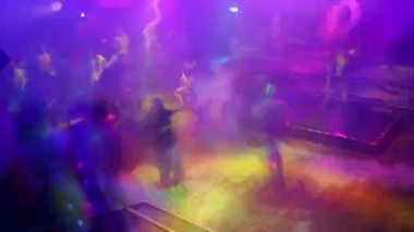 Large crowd filling up the dancefloor and dancing — Stock Video