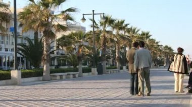 Walking along the broadwalk at valencia's beach — Stock Video