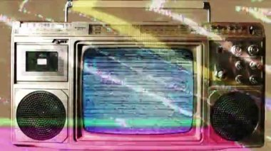 Um equipamento de som retrô com built-in televisão — Vídeo Stock