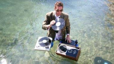 Funky dj takım elbiseli denizde çalış — Stok video