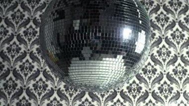 Um funky discoball girando com fundo de papel de parede retrô — Vídeo Stock