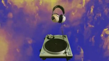 Retro headphones spinning on a record player — Stock Video
