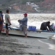 Fishermen arriving at dawn in zihuatanejo with their catch — Vídeo Stock